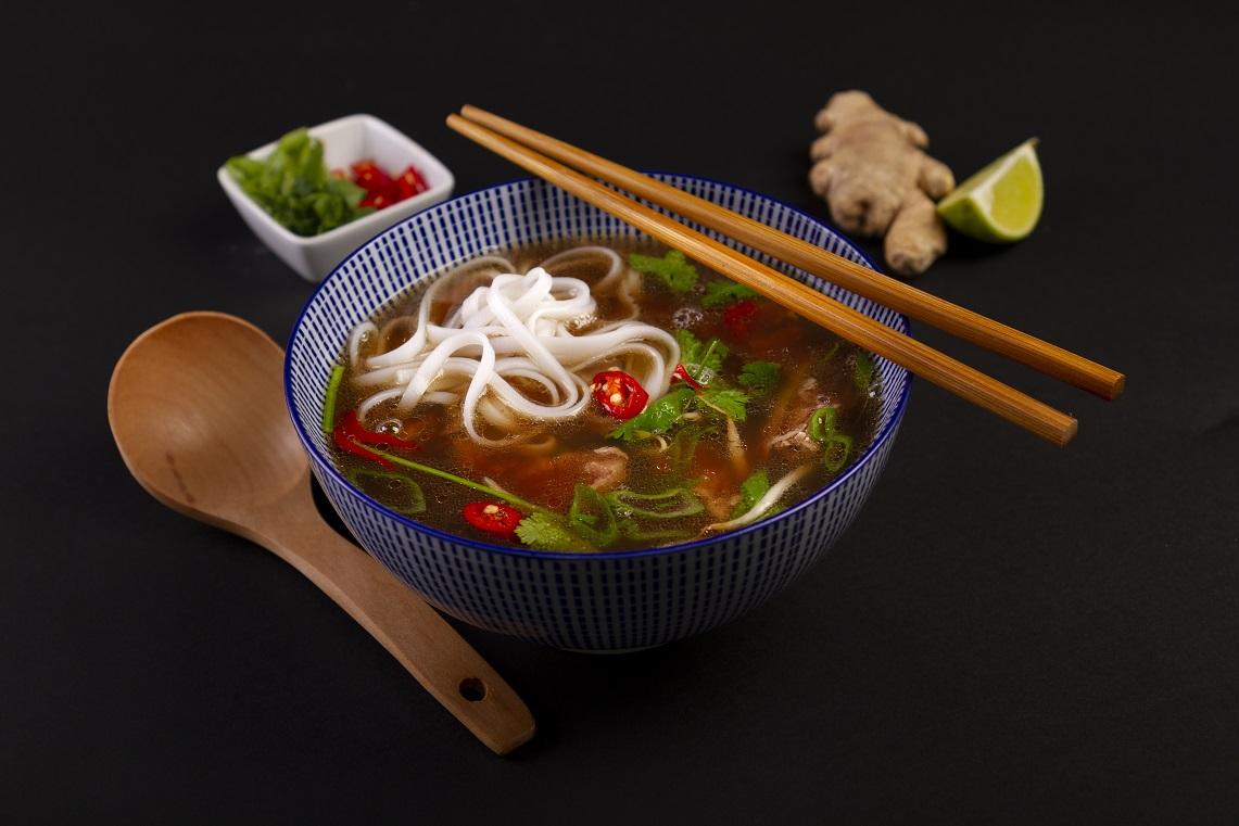 Vietnamská polievka Pho sa pripravuje buď z kuracieho mäsa, hovädzieho mäsa alebo darov mora. Vychutnajte si svoj obľúbený vývar s extra dávkou chutných kreviet.