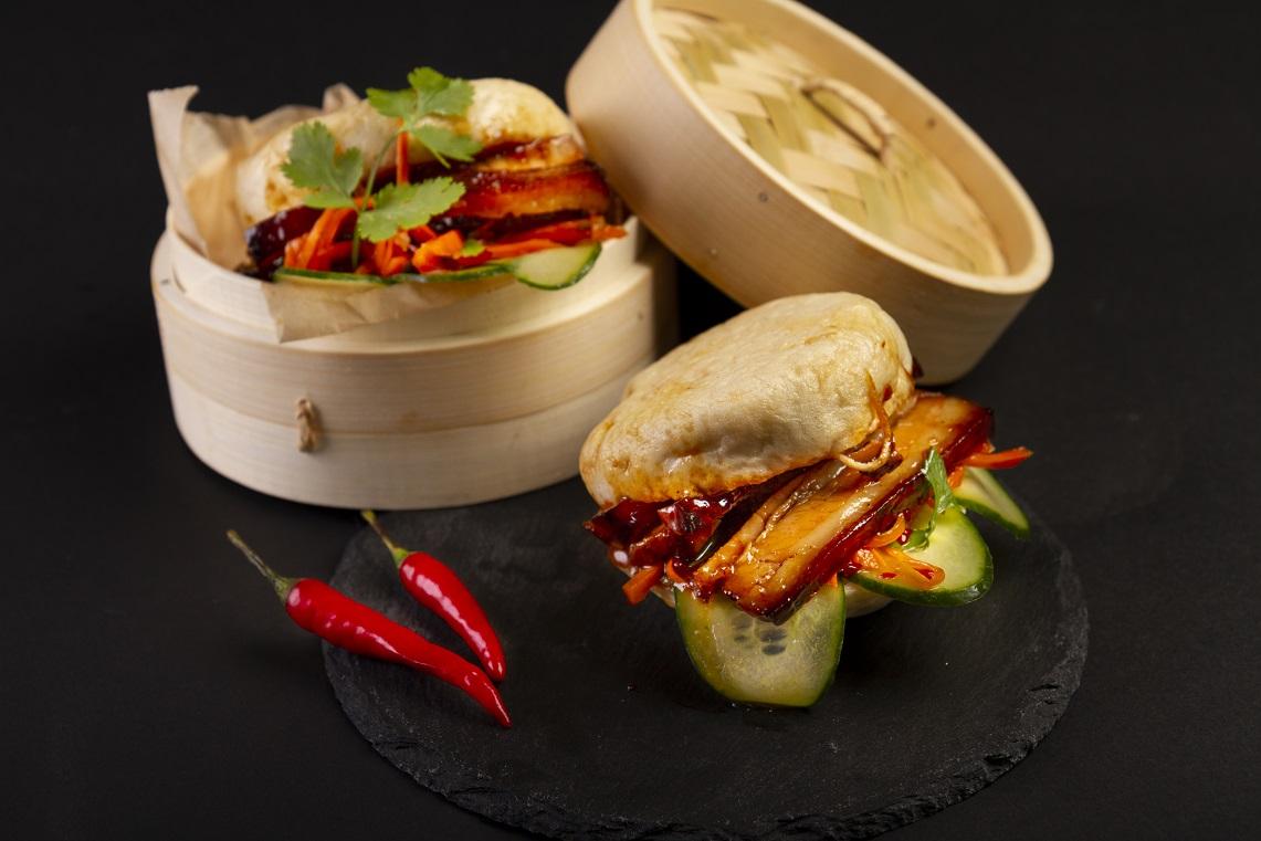 """Vynikajúce domáce parené Bao """"knedličky"""" plnené jemným 24 hodín pečeným bravčovým bôčikom suhorkou, čili a mrkvou."""
