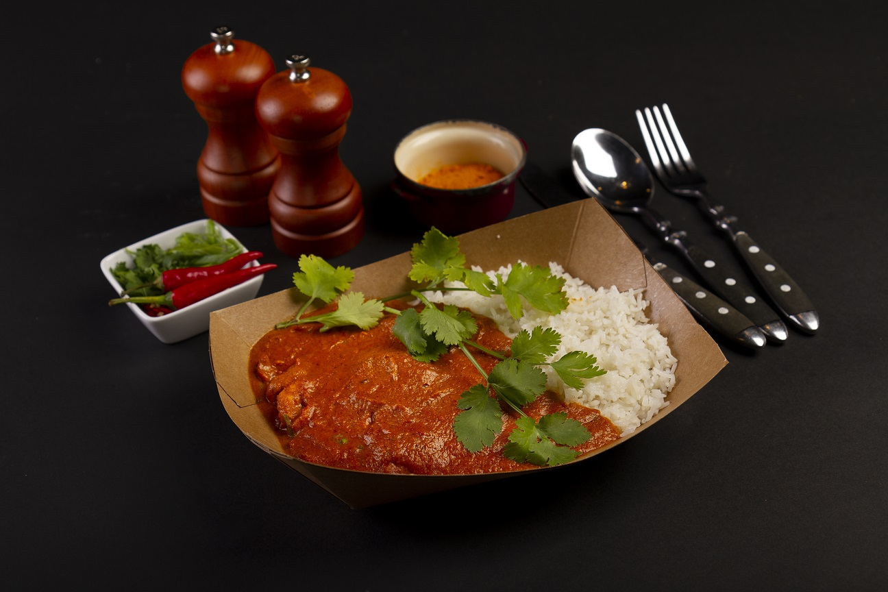 Táto indická špecialita vyniká v porovnaní s inými, veľmi ostrými jedlami, svojou jemnou pikantnou chuťou. Znamenité maslové kura s mletými kešu orechmi, štipkou garam masala, krémovou omáčkou a basmati ryžou.